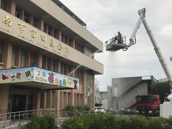 雲梯車搶救三樓受困同仁並射水滅火