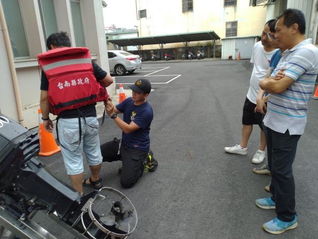 4.消防單位教官講解救生裝備使用要點及安全注意事項