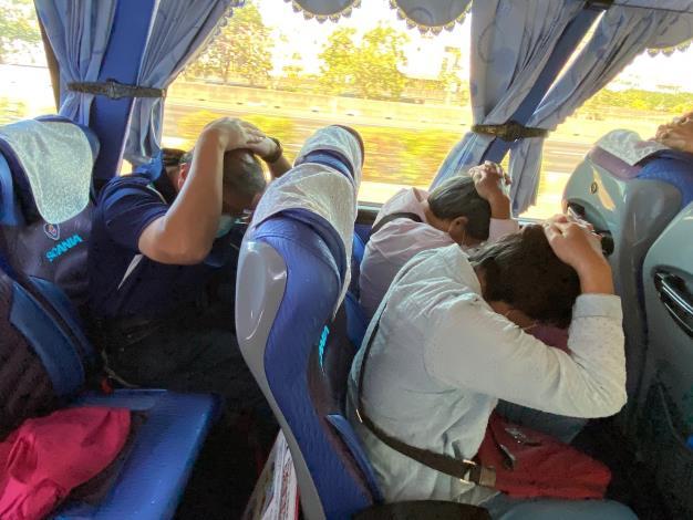 6.里鄰長文康活動-參與人員於座位上進行避難演練,保護頭部並彎低上身。