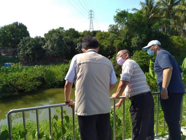 6.隆本里長葉燈燦向區長陳仁偉說明該地區歷年淹水情形