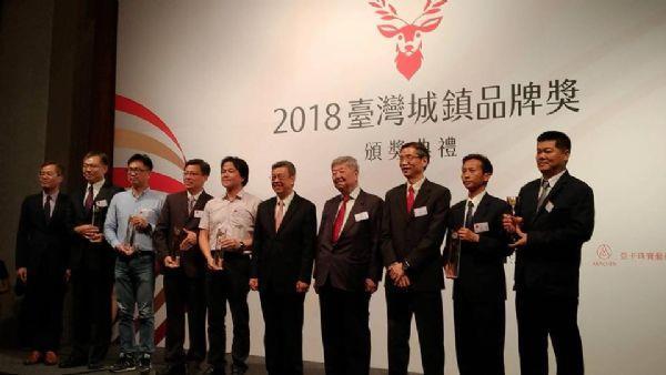 得獎者與副總統、主辦單位合照