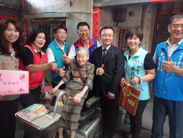 區長及議員訪視陳翁桃女士,致贈重陽金鎖片及敬老狀