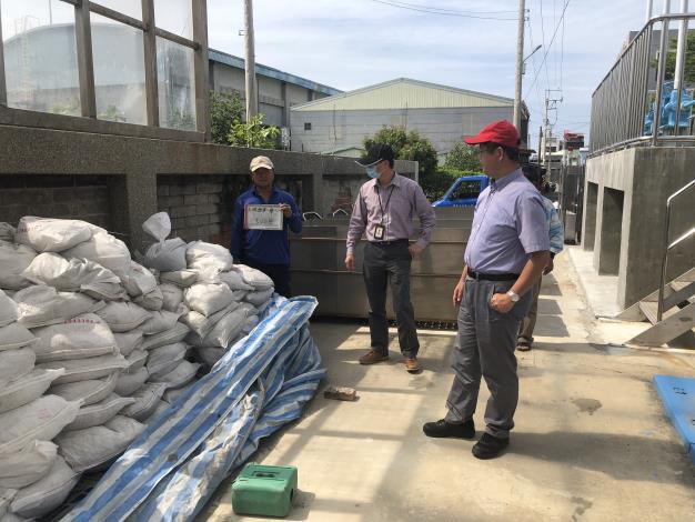 主秘、農建課課長及廠商查驗砂包裝填情形.JPG