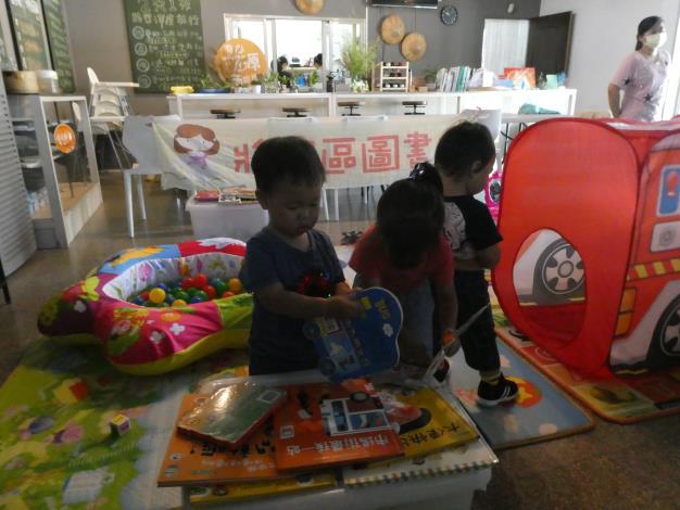 孩童閱讀書籍