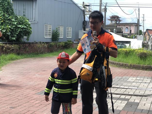小朋友體驗消防員穿著