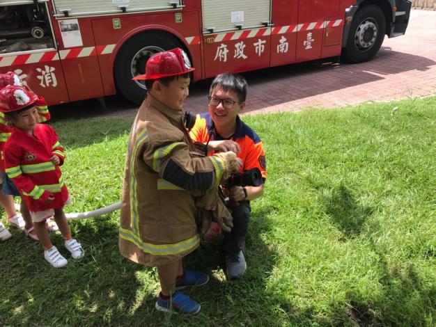 小朋友體驗消防防火衣服