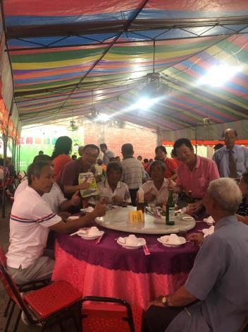 區長洪聰發出席將軍區老人協進會會員大會逐桌宣導