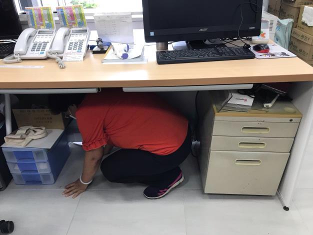臨震應變「趴下、掩護、穩住【Earthquake Disaster Drill】-04