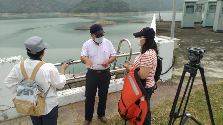 處長盧烽銘接受記者採訪