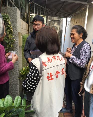 臺南市政府社會局提供口罩給本市獨居老人及行動不便身障者 (2).JPG