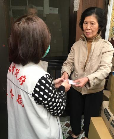 臺南市政府社會局提供口罩給本市獨居老人及行動不便身障者 (4).JPG