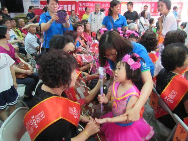 幼兒園的小朋友們獻花祝受獎的慈暉媽媽們
