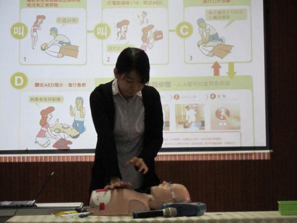 講師示範CPR急救