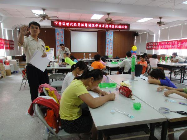 替代役教學童製作水火箭