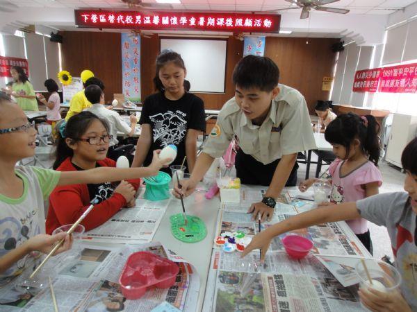 學童開心彩繪鵝蛋