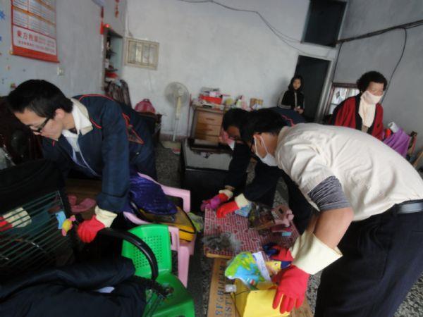 替代役男幫下營裡獨居老人姜老太太打掃屋內環境照