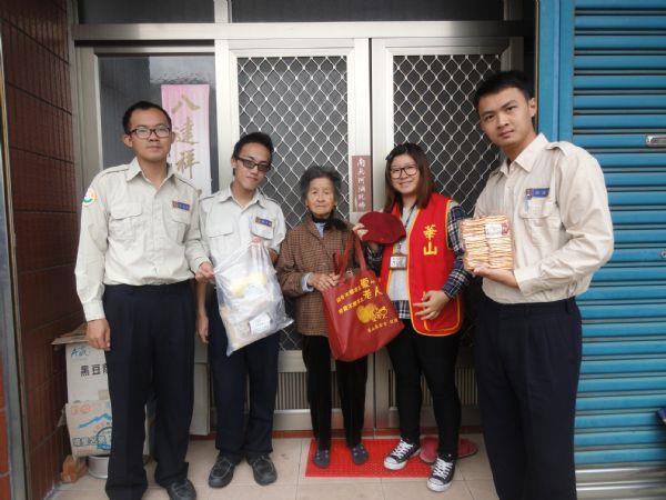 替代役男及華山基金會員工與獨居老人於自家門前合照