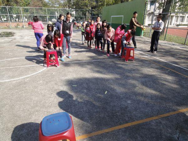 學童們進行戶外團康遊戲活動照