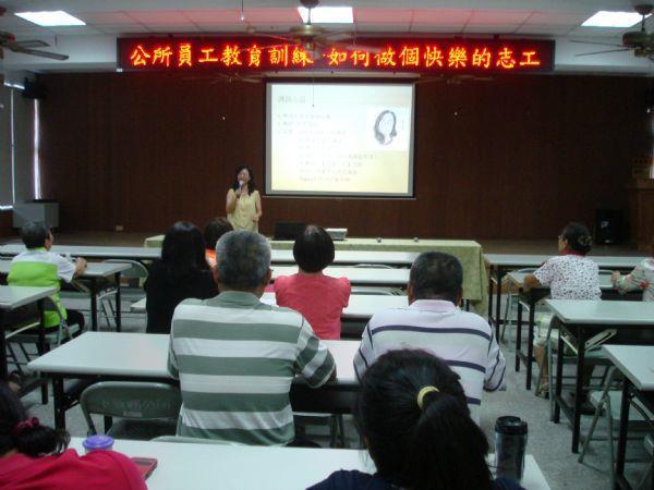 洪老師為故事志工培訓講師介紹自己的經歷。