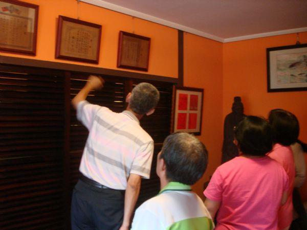 顏老師帶領大家參訪姜西雲老師故居