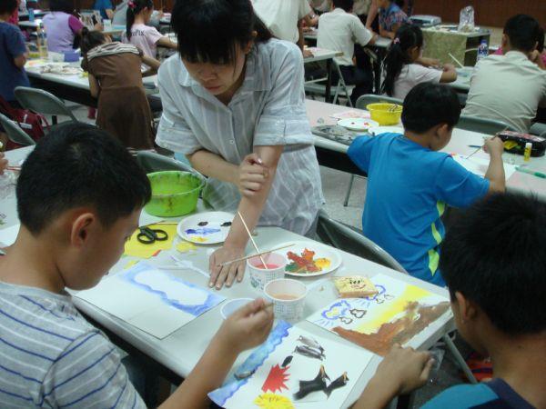 老師助理協助小朋友們繪圖