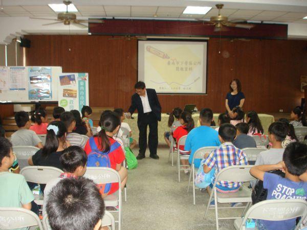區長與學生互動,以學長的關懷問問學生們將來的志願