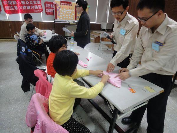 指導學童製作勞作