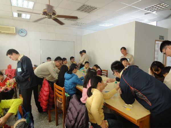 教導學童製作打包帶手工藝