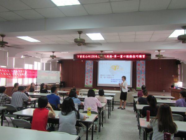 講師將參與學員分為4大組