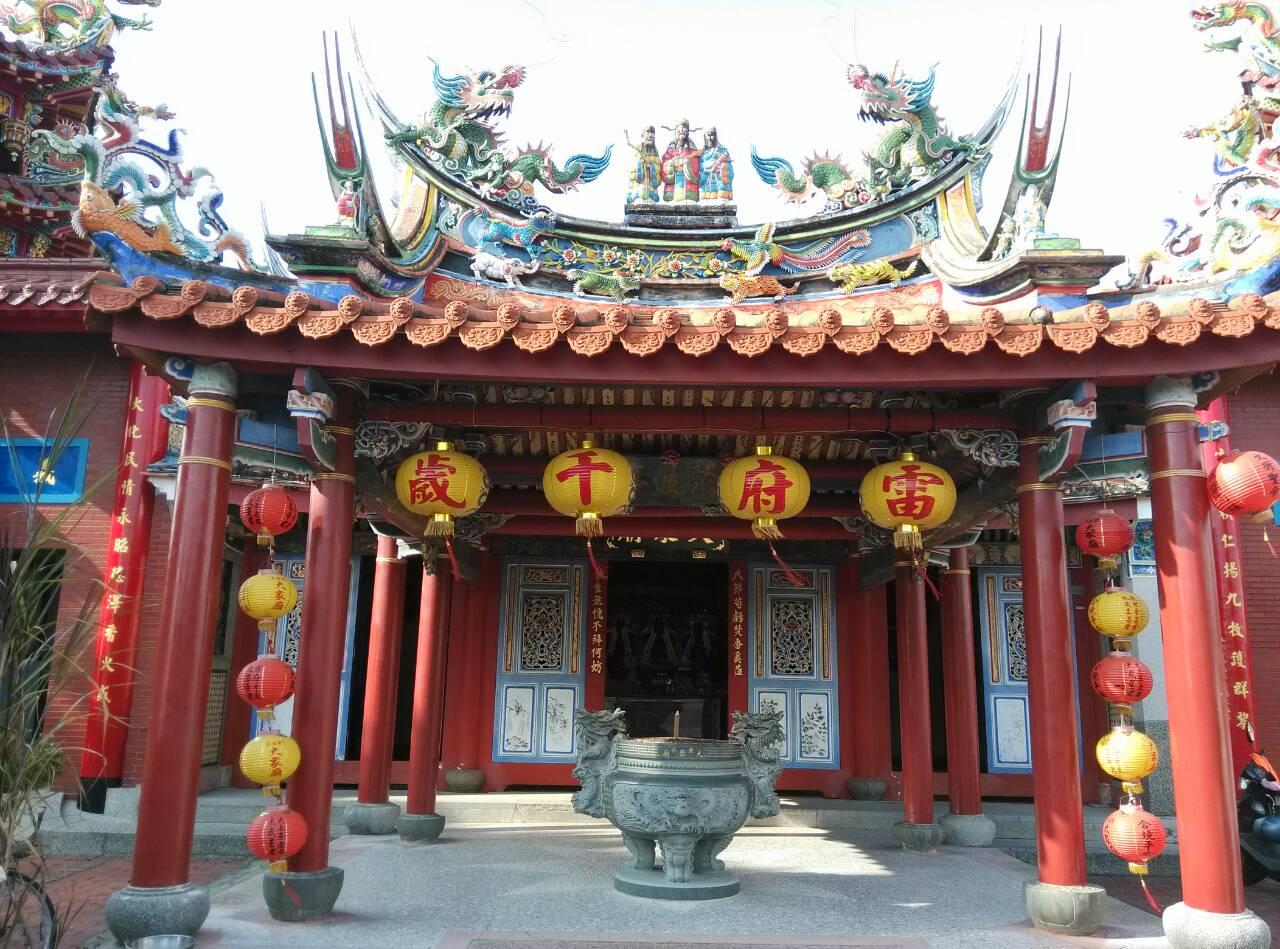 位於鹽水區武廟路7號,建立於清朝康熙年間(西元1675年)。大眾廟又名「聚波亭」,它的前身是一個面對商港漁火的美麗涼亭。