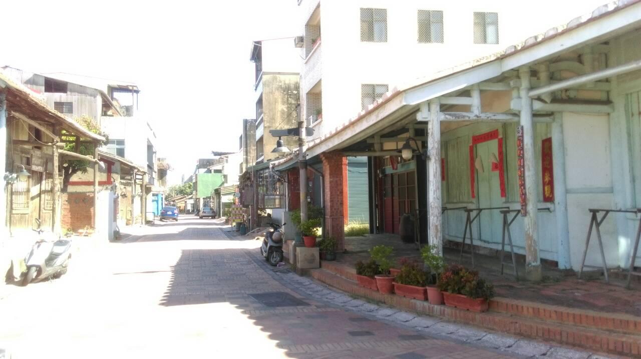 街上最具特色的是早期住店合一的老式建築,如方便顧客行走的「亭仔腳」(騎樓),以及店鋪上方存放貨物的挑高空間。