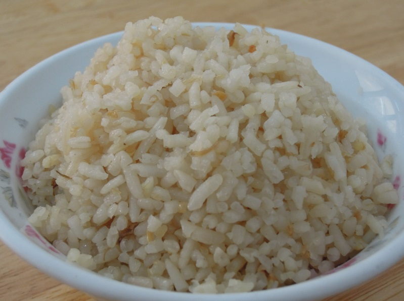 豬頭飯,是用一大鍋在來米、加水、加一顆豬頭,慢慢煮而做成。 飯煮好之後,再將豬頭切片作為佐飯的小菜。