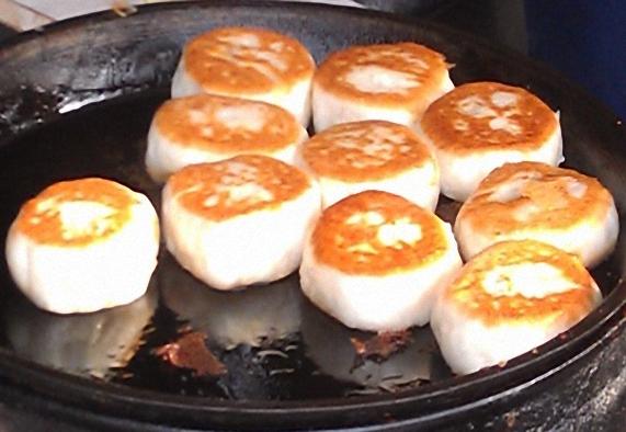 鹽水最有名的煎包攤位,位於伽藍廟正對面。口味多樣化,除了一般的豬肉餡料以外,更有竹筍、紅豆、花生等甜食口味,獨特的創意使得攤位前總是大排長龍