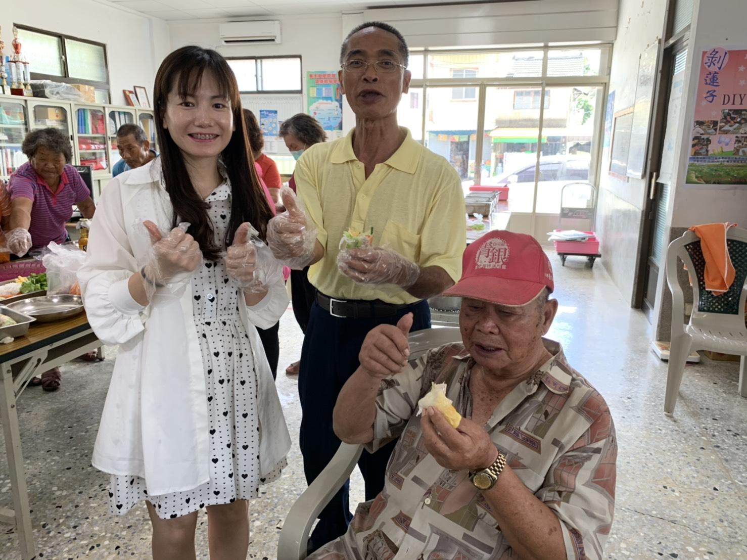長輩們品嚐越南春捲