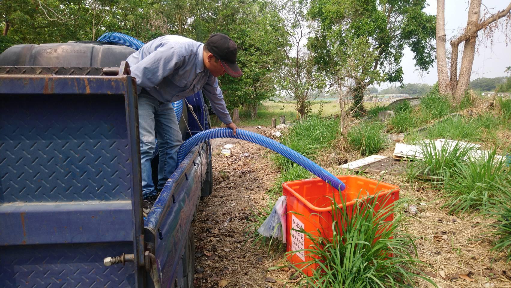 水車為取水處的大水桶加水